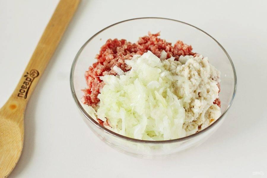 В глубокой миске соедините фарш, тертый на крупной терке лук и отжатый батон. Добавьте соль по вкусу.