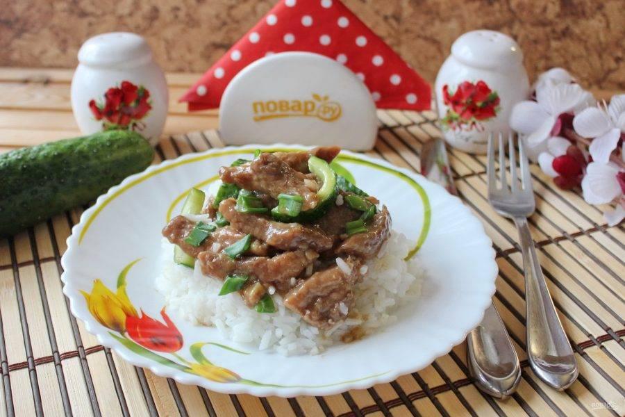 Жареные огурцы с мясом готовы. Подавайте с отварным рисом.