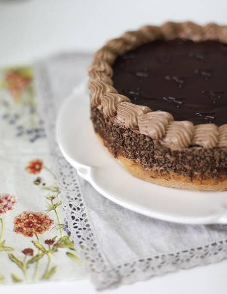 Бока торта смажьте кремом или глазурью, обсыпьте крошкой, бортик украсьте кремом из кондитерского мешка.
