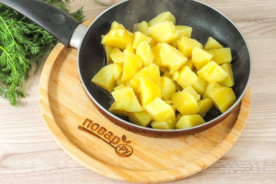 С помощью шумовки извлеките кусочки картофеля и стряхните лишнюю влагу, выложите их в разогретое масло.