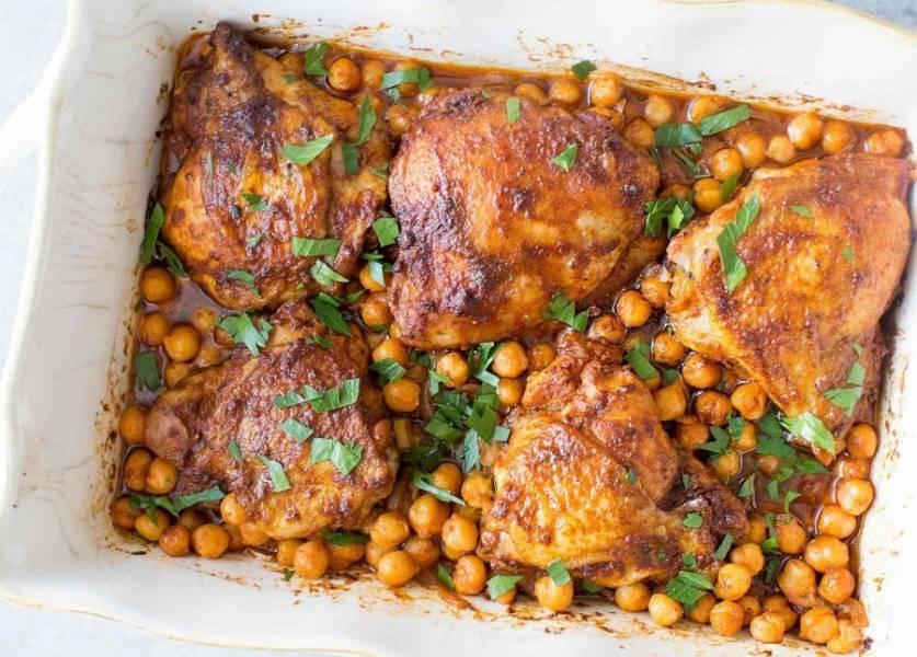 5.Запекайте мясо в разогретом до 170-180 градусов духовом шкафу около 45 минут. Готовое блюдо украсьте мелко нарубленной зеленью и подавайте к столу.