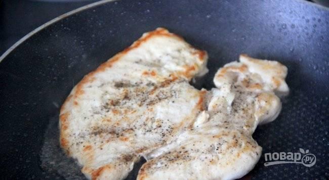 Обжарьте курицу в масле с обеих сторон до золотистой корочки.