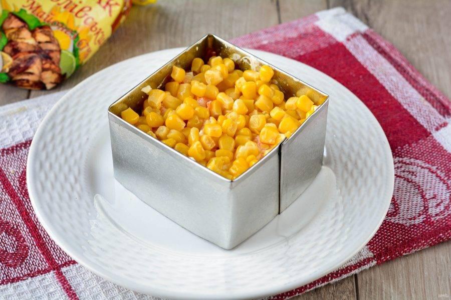 Выложите слой кукурузы, предварительно слив с нее маринад.