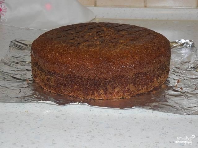 Влейте тесто в смазанную маслом форму и поставьте в духовку, разогретую до 170 градусов, на час.