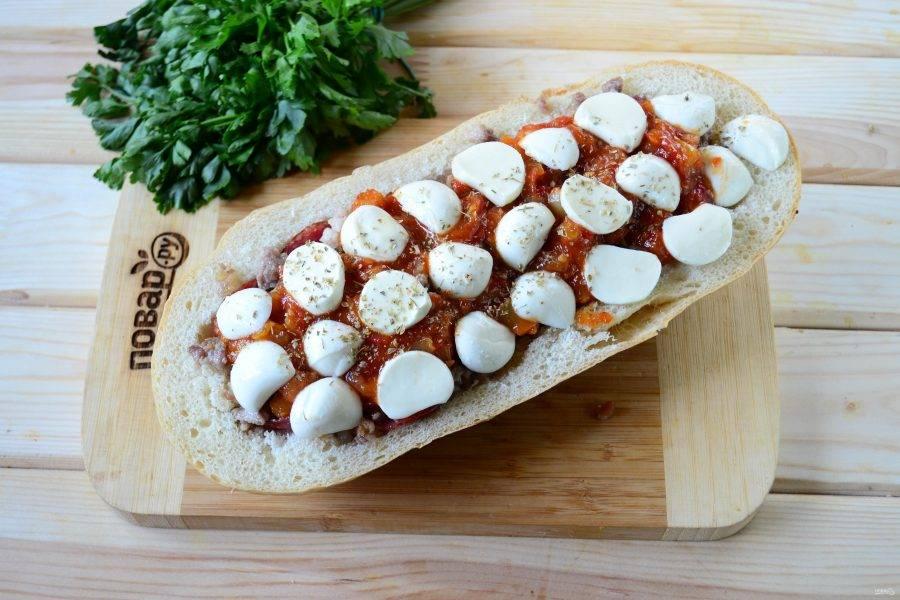 И последний штрих — моцарелла. Натрите ее на терке или порежьте на тонкие пластины и выложите на соус. Сверху присыпьте небольшим количеством сушеного орегано. Отправьте пиццу в духовку на 15 минут (температура 180 градусов).