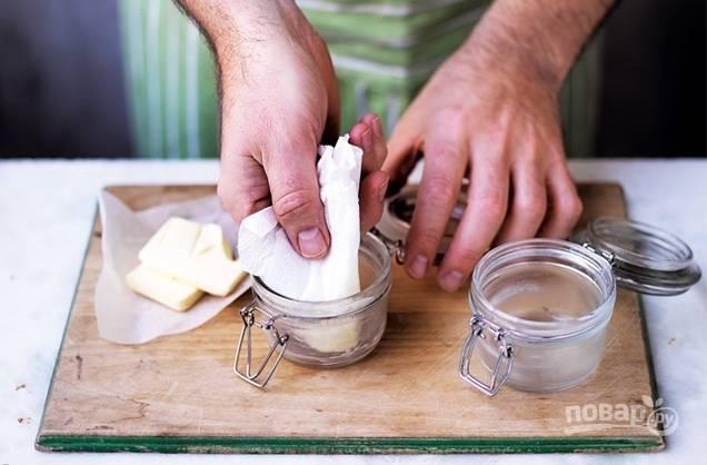 1. После стерилизации остывшие банки смажьте сливочным маслом.