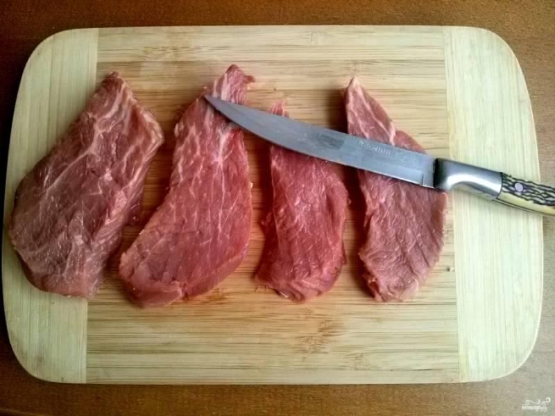Нарежьте её порционными кусками толщиной примерно 1,5-2 см.