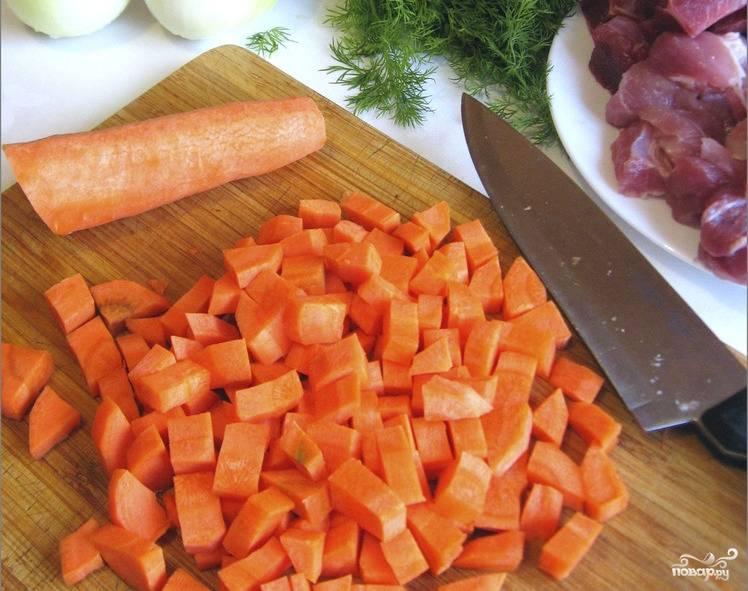 3. Морковь очистить и нарезать маленькими кубиками. Можно ее слегка обжарить на сковороде.