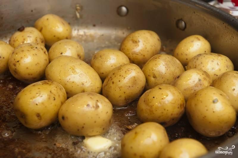 Добавляем в эту же сковороду картофель и пару столовых ложек сливочного масла. Обжариваем на среднем огне пару минут.