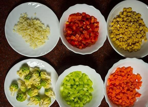 Подготавливаем овощи для нашего блюда. Что замороженное - размораживаем, что свежее - нарезаем кубиками.