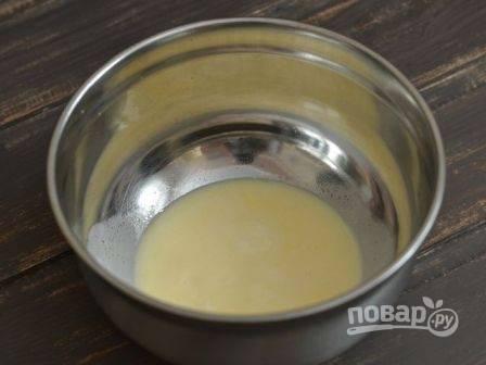 Включаем духовку на 180 градусов. А пока растопим сливочное масло, но оно не должно быть горячим.