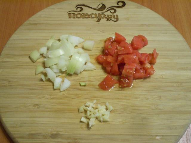С помидора снимите кожуру. Порежьте помидор, лук и чеснок.