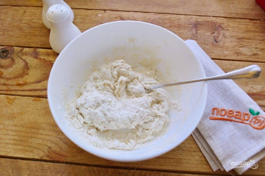 Влейте 100 мл. воды, добавьте 2 ст. ложки кунжутного или толоконного масла. Можно использовать обычное оливковое. Толоконное или кунжутное масло имеет ярко выраженный вкус, аромат. Оливковое масло скорее нейтральное. Лепешка получится вкусной, но не такой ароматной, как если при замесе теста использовать кунжутное или толоконное масло.