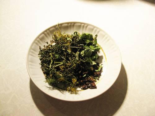 6. Пока овощи настаиваются, подготовьте зелень и пряности. Вариантов, как сделать закатку огурцов с кабачками ароматной и вкусной, - масса, так что можно импровизировать.
