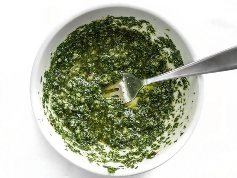3.Добавьте в смесь петрушки лимонный сок и 3 ложки оливкового масла, тщательно перемешайте и отложите смесь в сторону.
