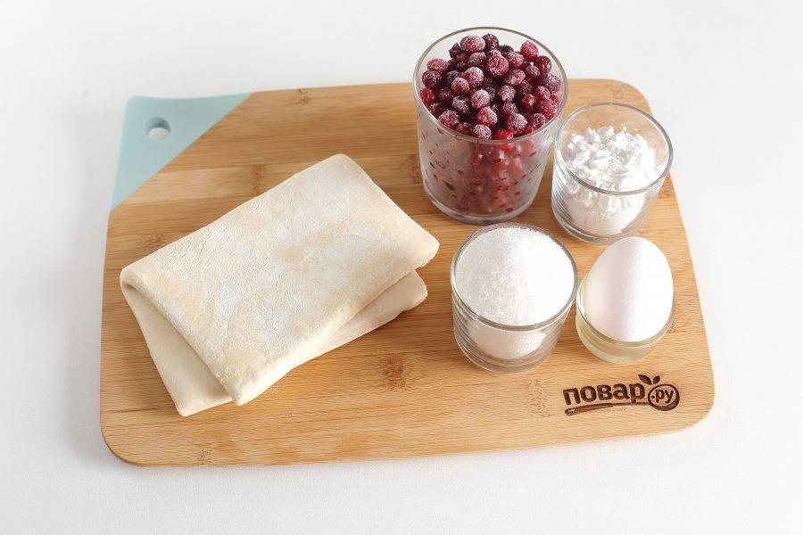 Подготовьте все ингредиенты. Тесто заранее достаньте и разморозьте при комнатной температуре.