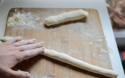 Тесто поделить на части и раскатать колбаски.