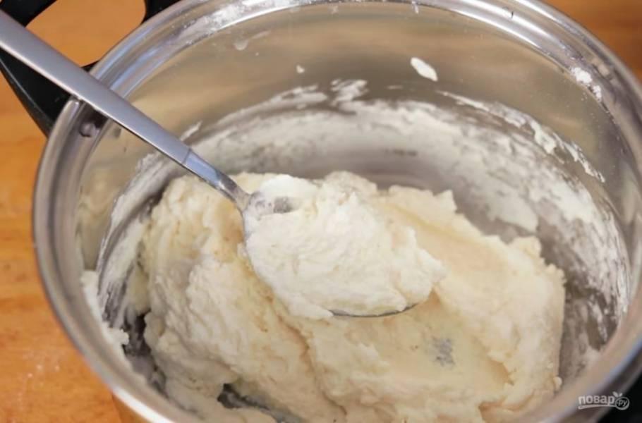 1. Для начала разомните творог с яйцом и сахаром с помощью блендера или вилки. Затем добавьте к ним просеянную муку с разрыхлителем и хорошо перемешайте до однородного состояния.