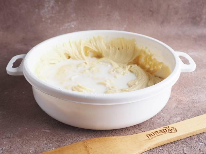 Добавьте просеянную муку, ванилин и разрыхлитель. Взбейте ещё раз. В последнюю очередь добавьте молоко и перемешайте до получения однородного теста.