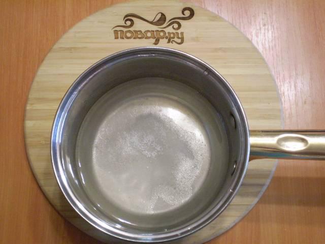 Из воды, сахара, соли и лимонки варим маринад. Его нужно просто довести до кипения, размешать и выключить.