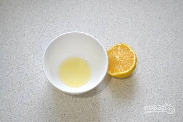 6. В отдельную мисочку выжмите сок лимона.