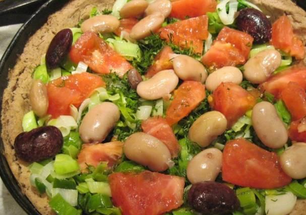 На испеченную основу пирога выкладываем лук-порей, отложенную фасоль и порезанный произвольно помидор. Присыпаем измельченной зеленью.