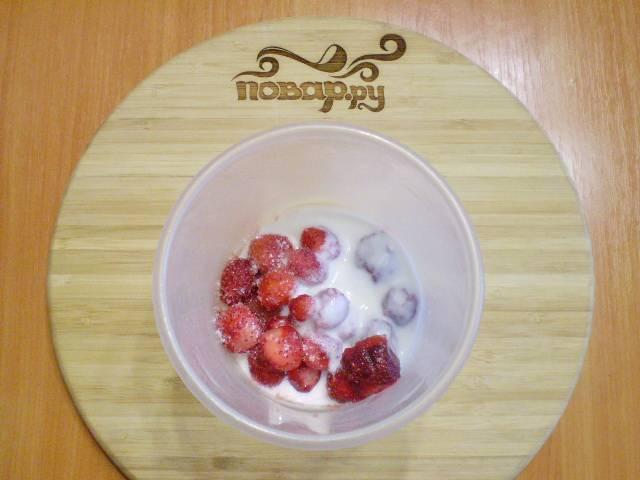 В чашу для взбивания кладем клубнику, добавляем сахар и кефир.