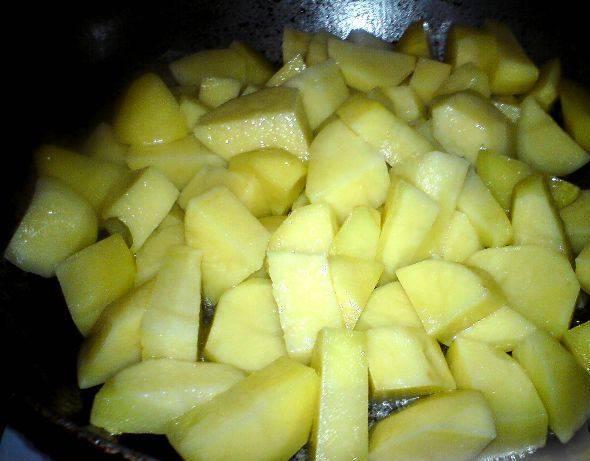 Картофель посолите и обжарьте на растительном масле, примерно 5 минут.