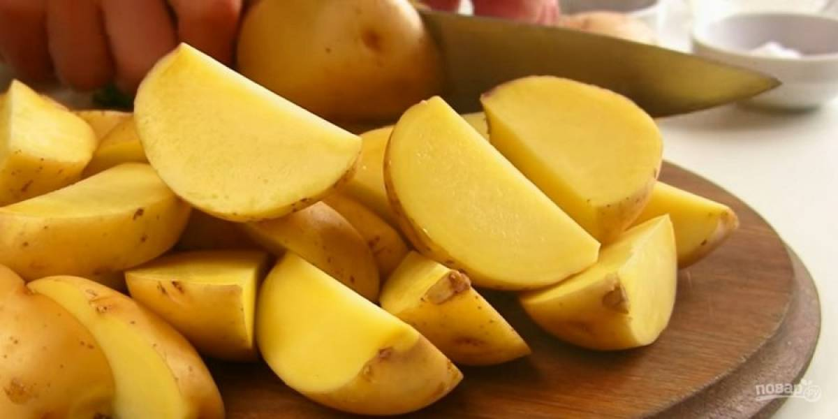 1. Хорошо промойте картофель, обсушите его бумажным полотенцем. Не очищайте от кожуры. Разрежьте картофель на 4 или 6 частей (в зависимости от размера).