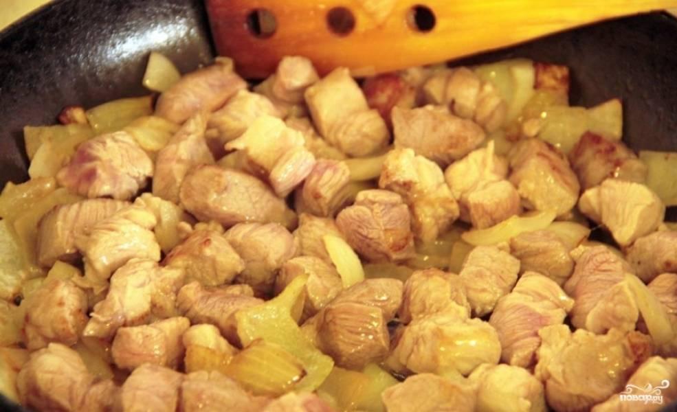 На сковороде разогреваем масло и обжариваем на нем мясо с луком до золотистой корочки.