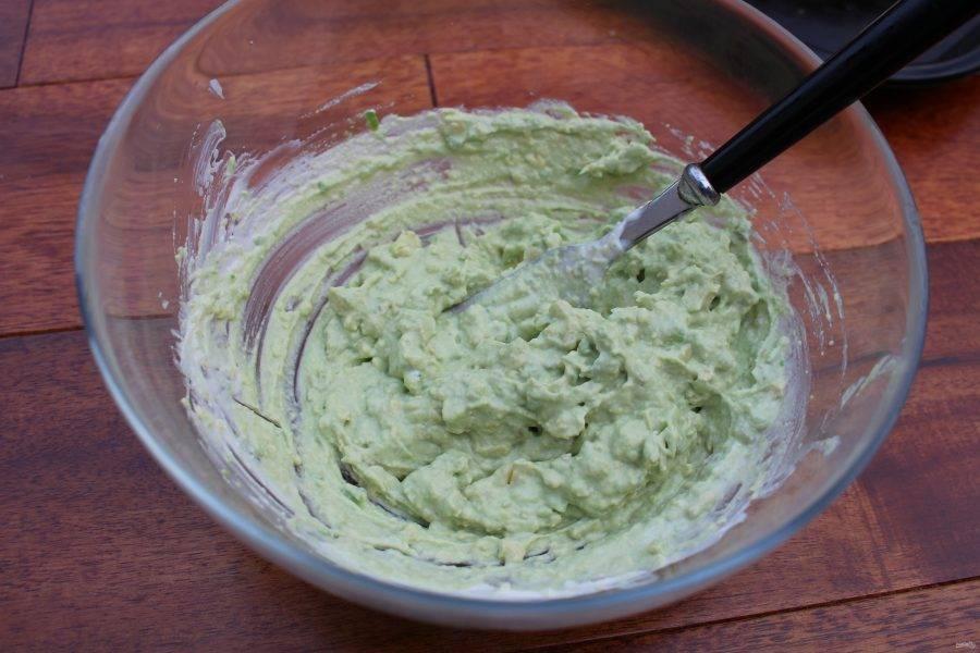 Разомните авокадо в пюре вилкой.