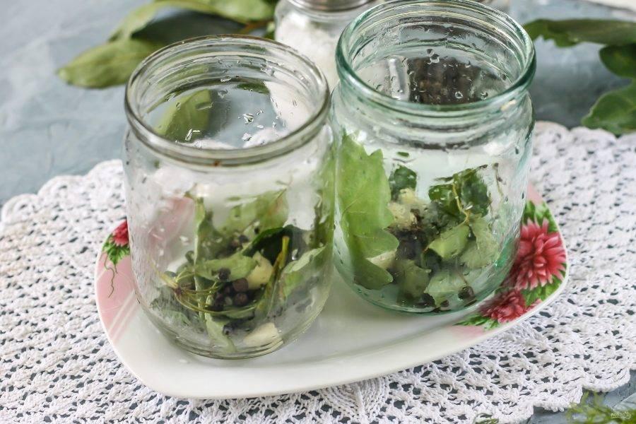 Выложите в банки листья дуба или хрена, вишни или смородины, укропные зонтики или веточки.