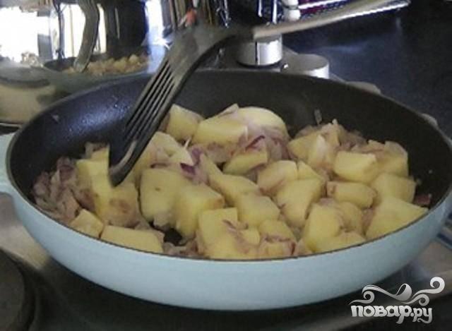 4.За 15 минут до готовности блюда, положить сливочное масло в сковородку на средний огонь. Добавить лук и обжарить в течении 5 минут, часто помешивая. Добавить картофель и обжарить картофель с луком в течении еще 5 минут. Часто помешивать, чтобы ингредиенты равномерно приготовились.