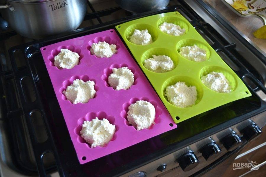 Затем тесто разложите по силиконовым формочкам для запекания.