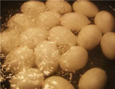 Яйца варим вкрутую.
