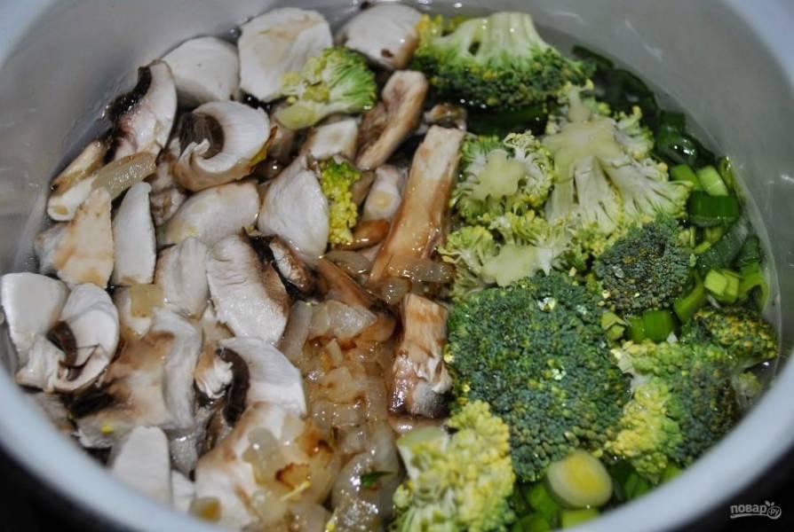 4. Когда картофель закипит, посолите воду и добавьте специи, после чего отправьте грибы и брокколи в бульон. Варим суп на среднем огне до готовности овощей.