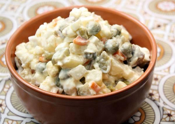 Перед подачей на стол поставьте салат на 30-50 минут в холодильник. Приятного аппетита!