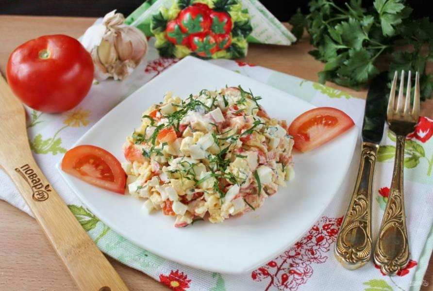 Салат с крабовыми палочками готов. Подавайте на закуску в будни и праздники.