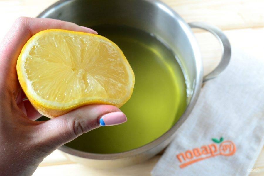Из целого лимона выдавите сок и отправьте в кастрюлю. Вскипятите и варите на медленном огне 30 минут. Уже через 10 минут вы увидите, как жидкость начнет загустевать и становиться более вязкой.