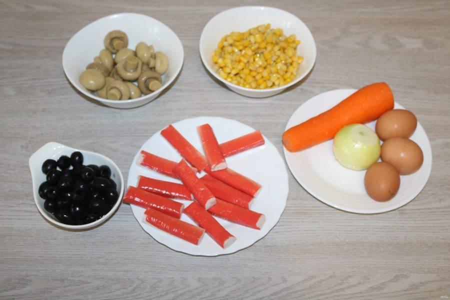 Подготовьте все ингредиенты. Яйца отварите до готовности.