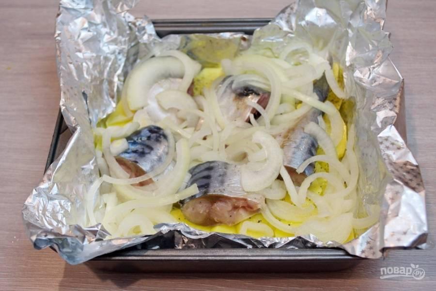 Кусочки рыбки уложите поверх картофеля, предварительно посолив и поперчив. Репчатый лук нарежьте полукольцами. Выложите на рыбку.