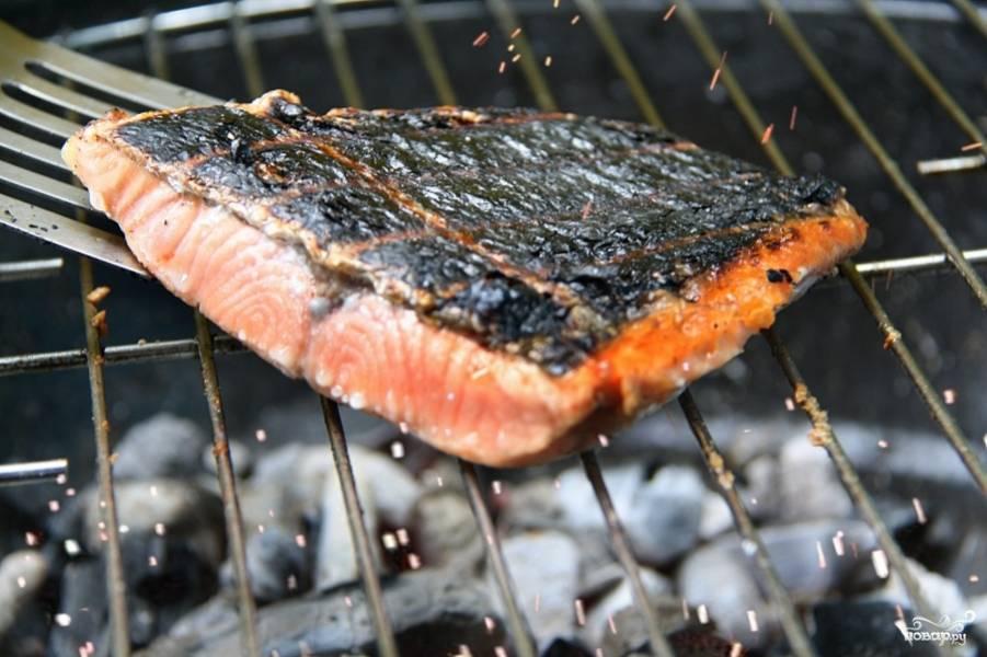 Обжаривайте с каждой стороны по 8-10 минут. Если стейк не прожарился, переверните на другую сторону снова, но не задерживайте долго на одной стороне, иначе лосось обгорит.