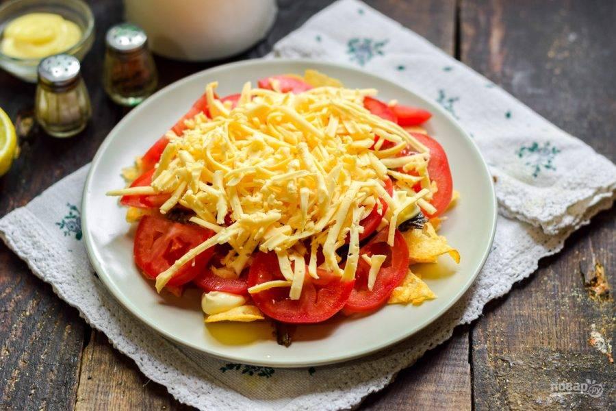 Засыпьте салат сырной стружкой и подавайте к столу.