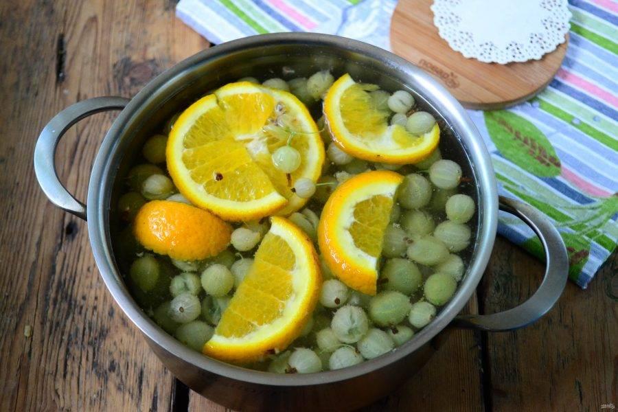 Вскипятите воду, отправьте в нее сахар, крыжовник и порезанный апельсин. Проварите в течение 5 минут.