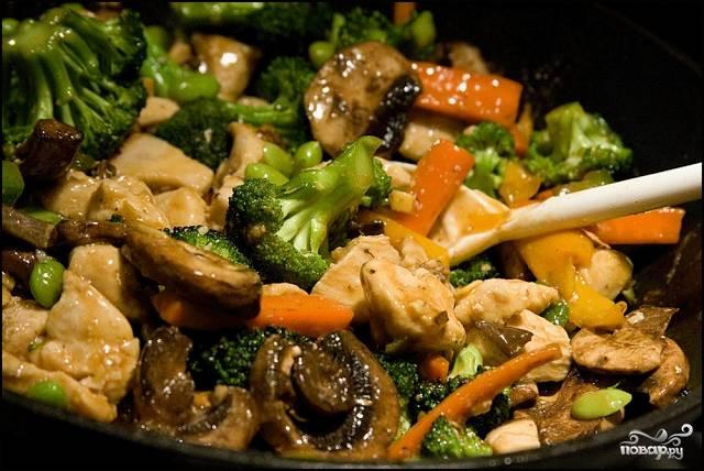 В соус добавьте курицу, овощи и грибы. Тушите на медленном огне под крышкой до готовности. Приятного аппетита!