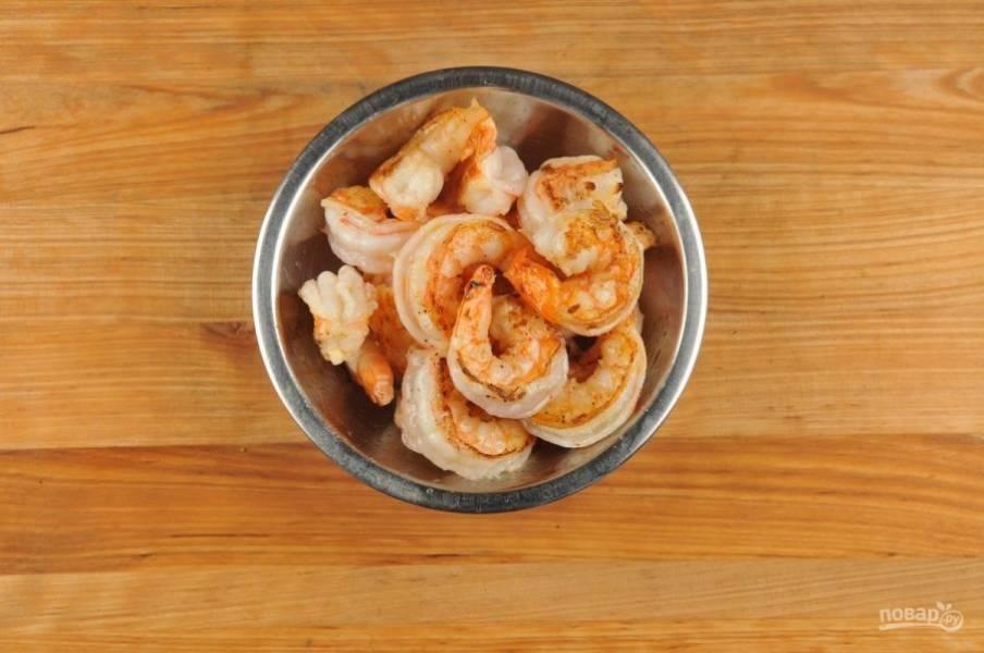 3. Креветки почистите. Натрите их солью и перцем. Потом обжарьте в масле с каждой стороны по 2 минуты.