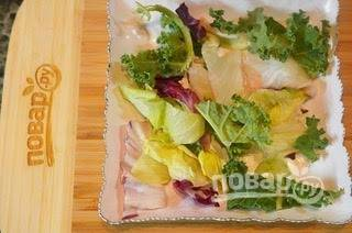 1. В тарелку для подачи выложите салат.