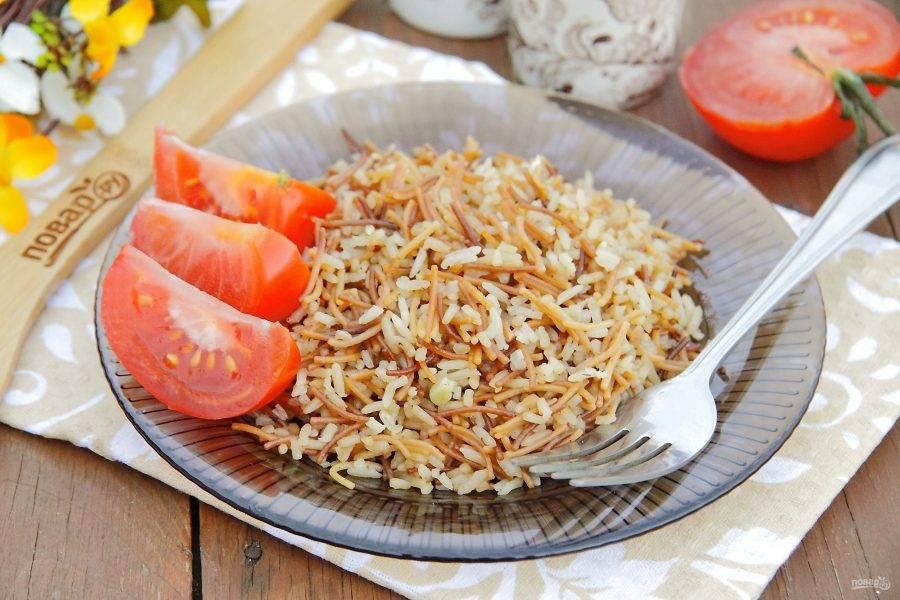 Жареная вермишель с рисом готова. Посыпаем блюдо по желанию свежей зеленью и подаем в качестве гарнира или как самостоятельное блюдо с овощами или салатом. Приятного аппетита!