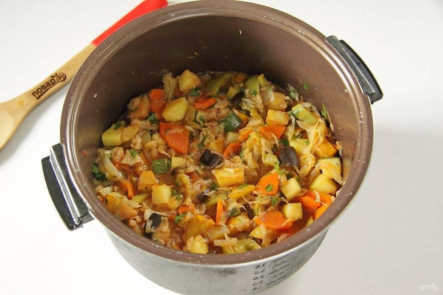 """11. Перемешайте и тушите овощи вместе около 15-20 минут. За это время они """"подружатся"""", пропитаются вкусом и ароматом друг друга."""