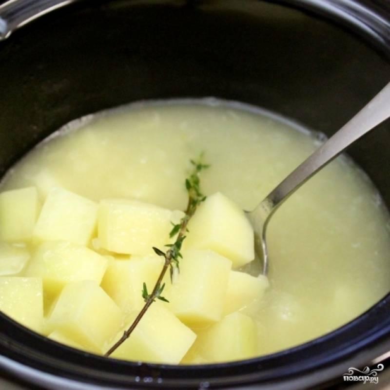 6. Картофель выложите в бульон. Варите на среднем огне до готовности картофеля.